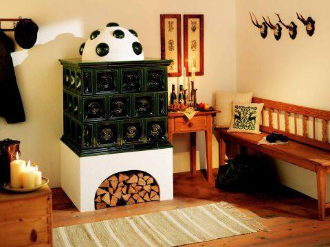Traditioneller Kachelofen mit Sommerhuber-Keramik