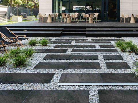 Terrasse und Gehweg mit Feinsteinzeugplatten