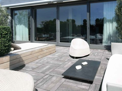 2-cm-Terrassenplatten auf Stelzlager verlegt
